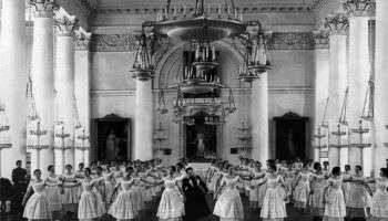 Строгие нравы Смольного института благородных девиц: как воспитывались идеальные жены